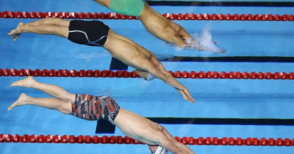 Nadadores mergulham para a bateria classificatória do revezamento 4 x 100 m livre