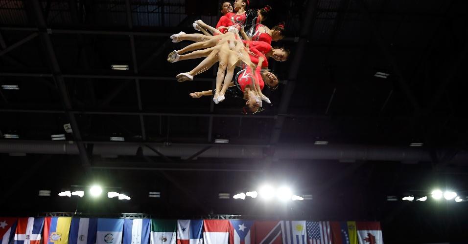 A ginasta mexicana Dafne Navarro Loza se apresenta no trampolim