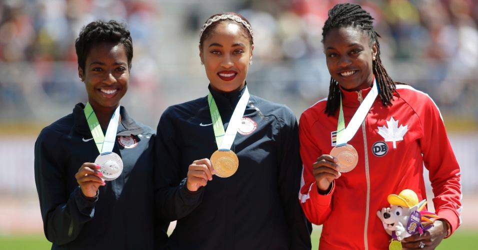 Tenaya Jones, dos Estados Unidos, Queen Harrison, também dos Estados Unidos, e Nikkita Holder, do Canadá, recebem as medalhas de prata, ouro e bronze, respectivamente, dos 110m com barreiras