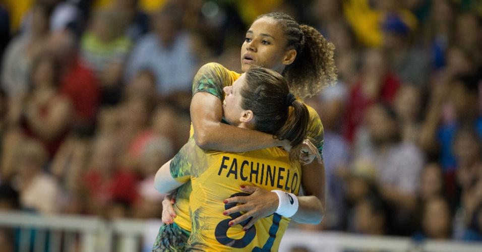 Brasileiras comemoram vitória sobre a Argentina no handebol feminino, no Pan de Toronto