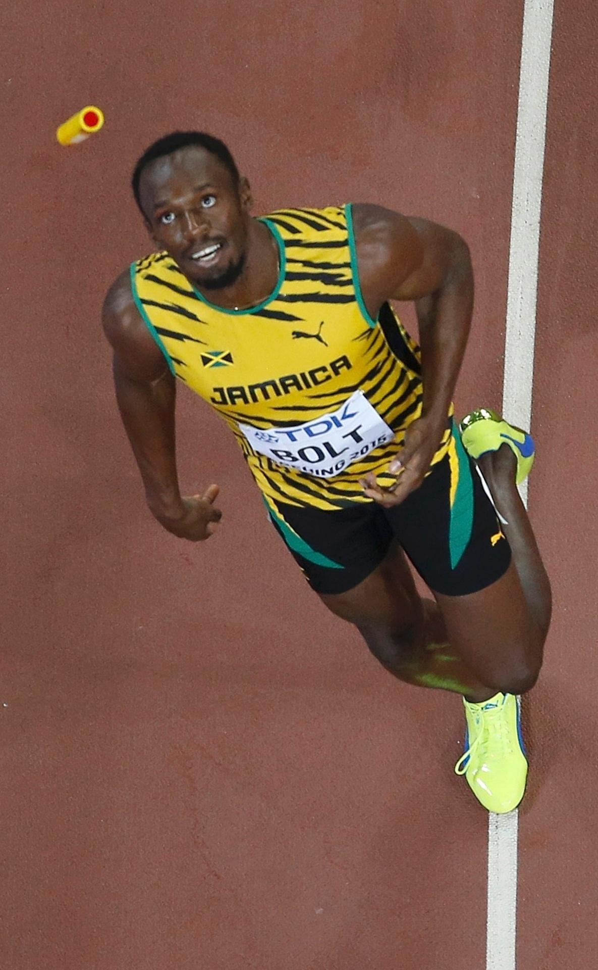 Usain Bolt brinca com bastão após liderar time da Jamaica ao primeiro lugar no revezamento 4x100m