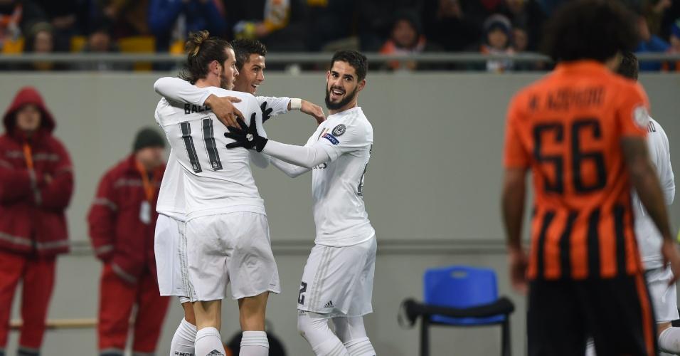 Cristiano Ronaldo recebe abraço de Bale e Isco após marcar contra o Shakhtar, pelo grupo A da Liga dos Campeões