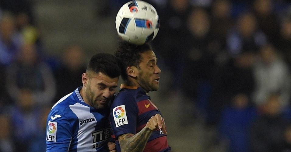 Dani Alves atuou normalmente na partida contra o Espanyol após chegar de viagem do evento em que foi eleito o lateral direito do ano pela Fifa.