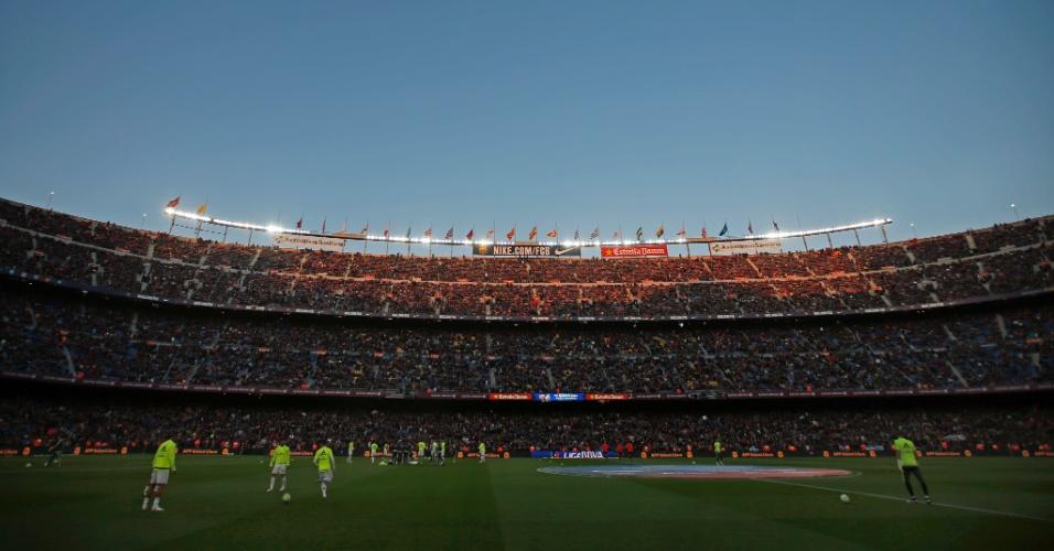 Imagem do Camp Nou lotado para o clássico entre Barça e Real Madrid pelo Campeonato Espanhol