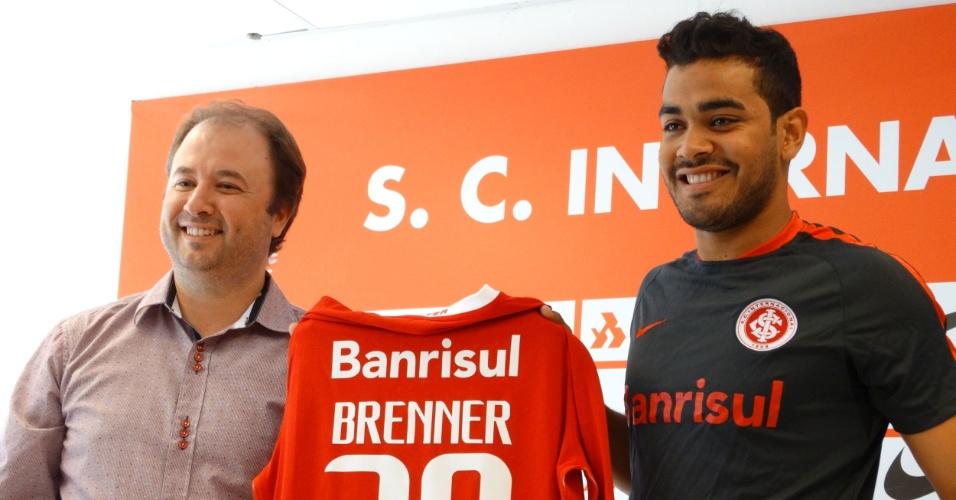 Brenner posa com a camisa do Internacional em sua apresentação oficial