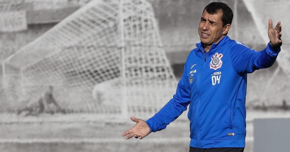 O técnico interino Fábio Carille em treino do Corinthians