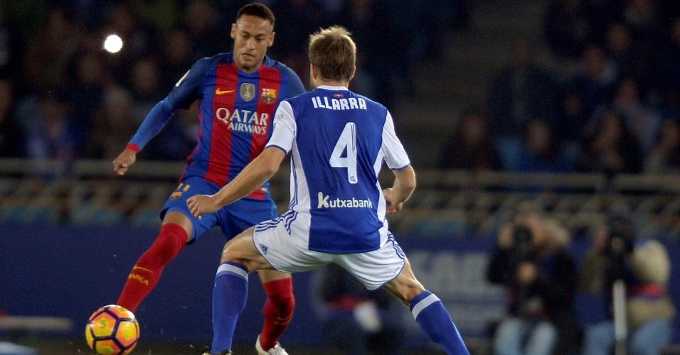 Neymar tenta uma jogada para o Barcelona contra a Real Sociedad