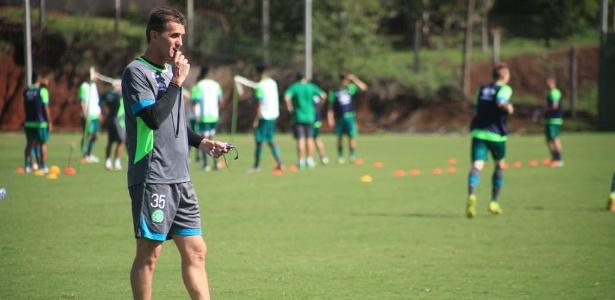 Vagner Mancini comanda treino da Chapecoense no CT do clube catarinense