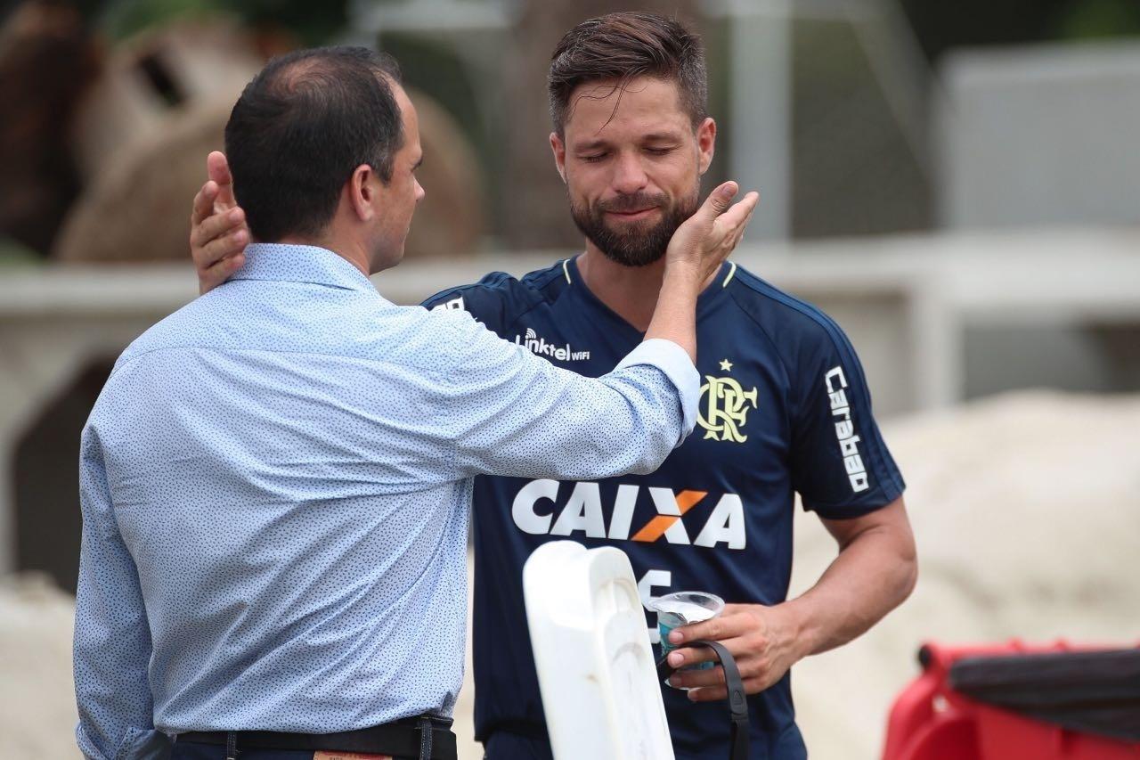 O meia Diego é cumprimentado pelo diretor executivo de futebol Rodrigo Caetano