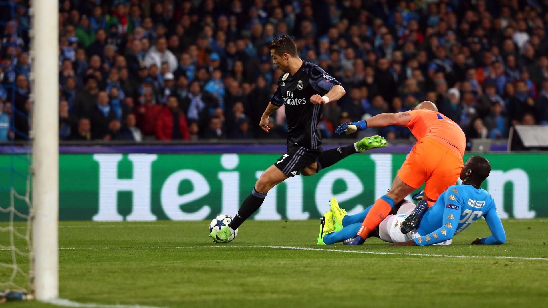 Cristiano Ronaldo dribla Reina, mas acerta a trave do Napoli