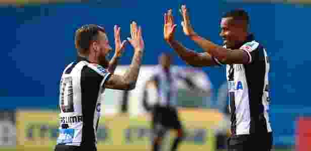 Lucas Lima e Copete comemoram gol do Santos contra o Santo André - MARCOS BEZERRA/FUTURA PRESS/ESTADÃO CONTEÚDO