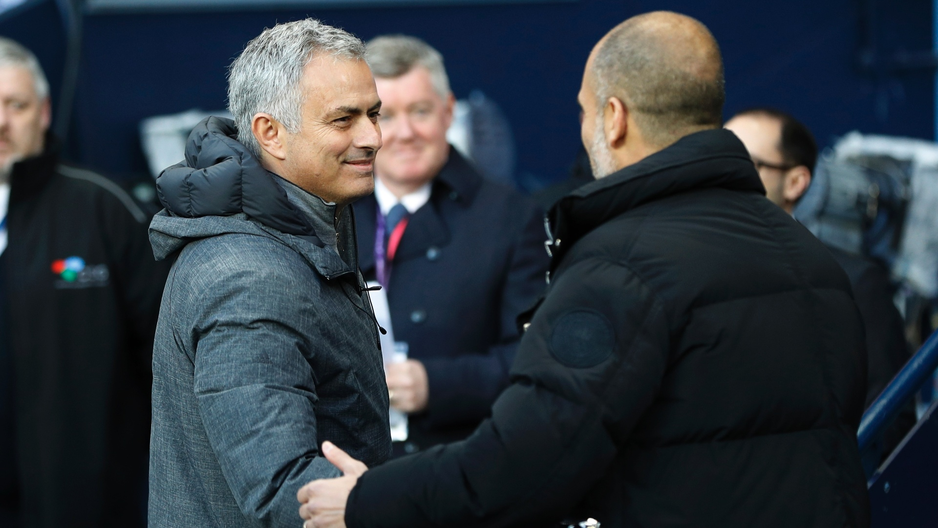Mourinho e Guardiola se cumprimentam antes do clássico de Manchester