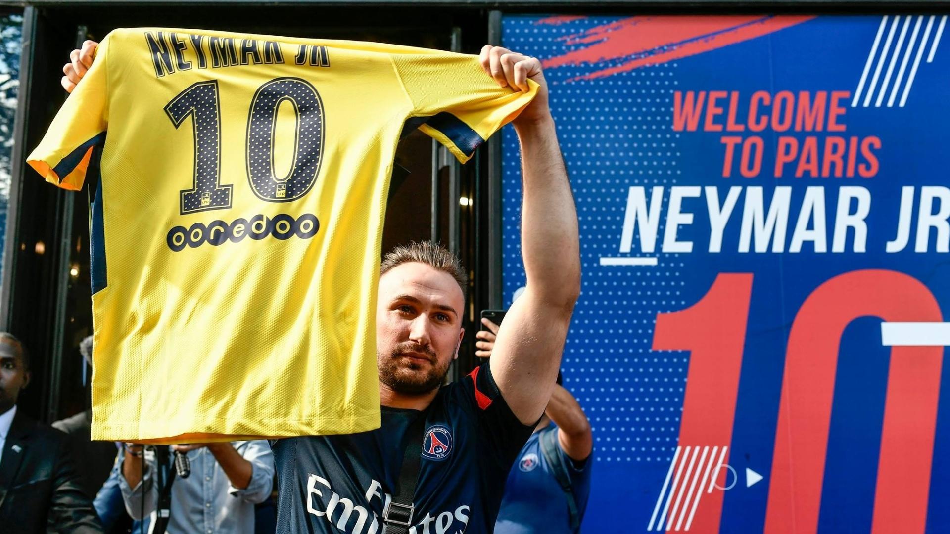 Torcedor do PSG compra camisa especial de Neymar no dia de sua apresentação em Paris