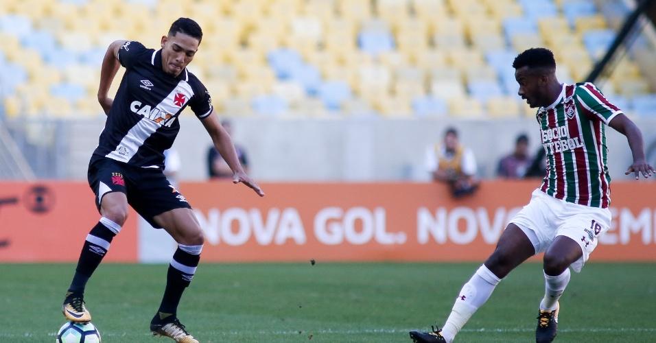 Gilberto, do Vasco, domina a bola em jogo contra o Fluminense