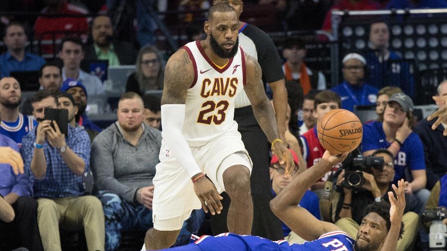 LeBron James durante jogo entre Cleveland Cavaliers e Philadelphia 76ers  - Bill Streicher/USA TODAY Sports