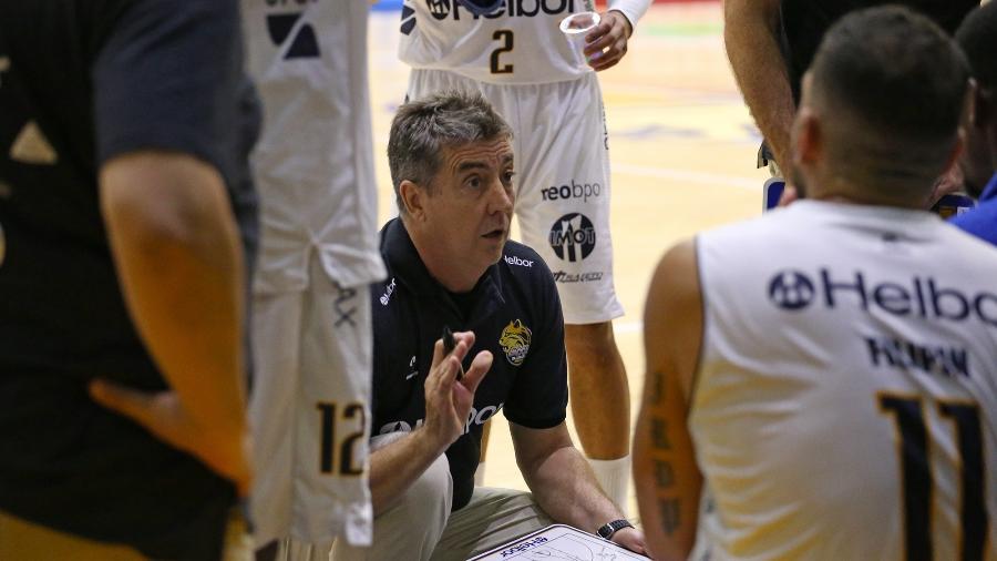 Guerrinha, técnico do Mogi, orienta o time durante tempo técnico - Divulgação/LNB