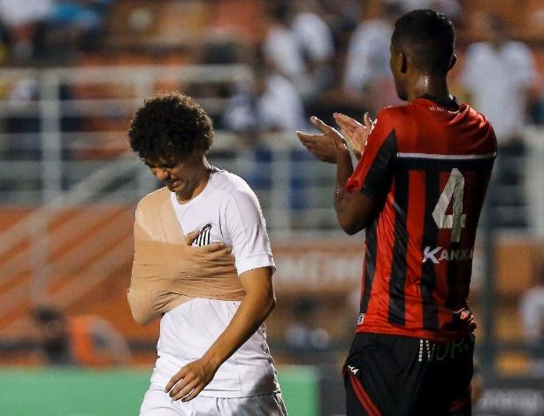 Victor Ferraz com o ombro enfaixado na partida do último domingo no Pacaembu