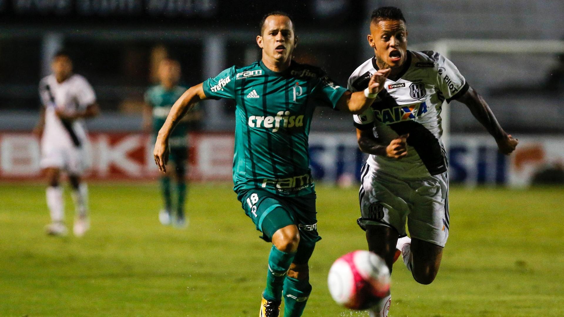 João Vitor e Guerra disputam a bola na partida entre Ponte Preta e Palmeiras