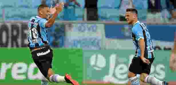 Thonny Anderson, do Grêmio, comemora gol com Ramiro durante partida contra o Novo Hamburgo no estádio Arena do Grêmio pelo Campeonato Gaucho 2018 - Ricardo Rímoli/AGIF - Ricardo Rímoli/AGIF