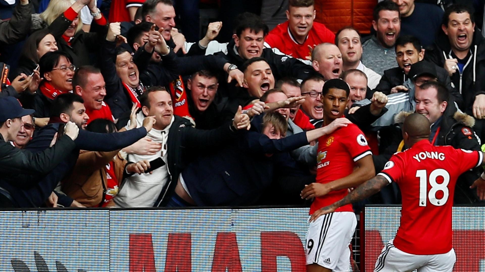 Rashford vai pra galera após marcar o primeiro gol do United contra o Liverpool