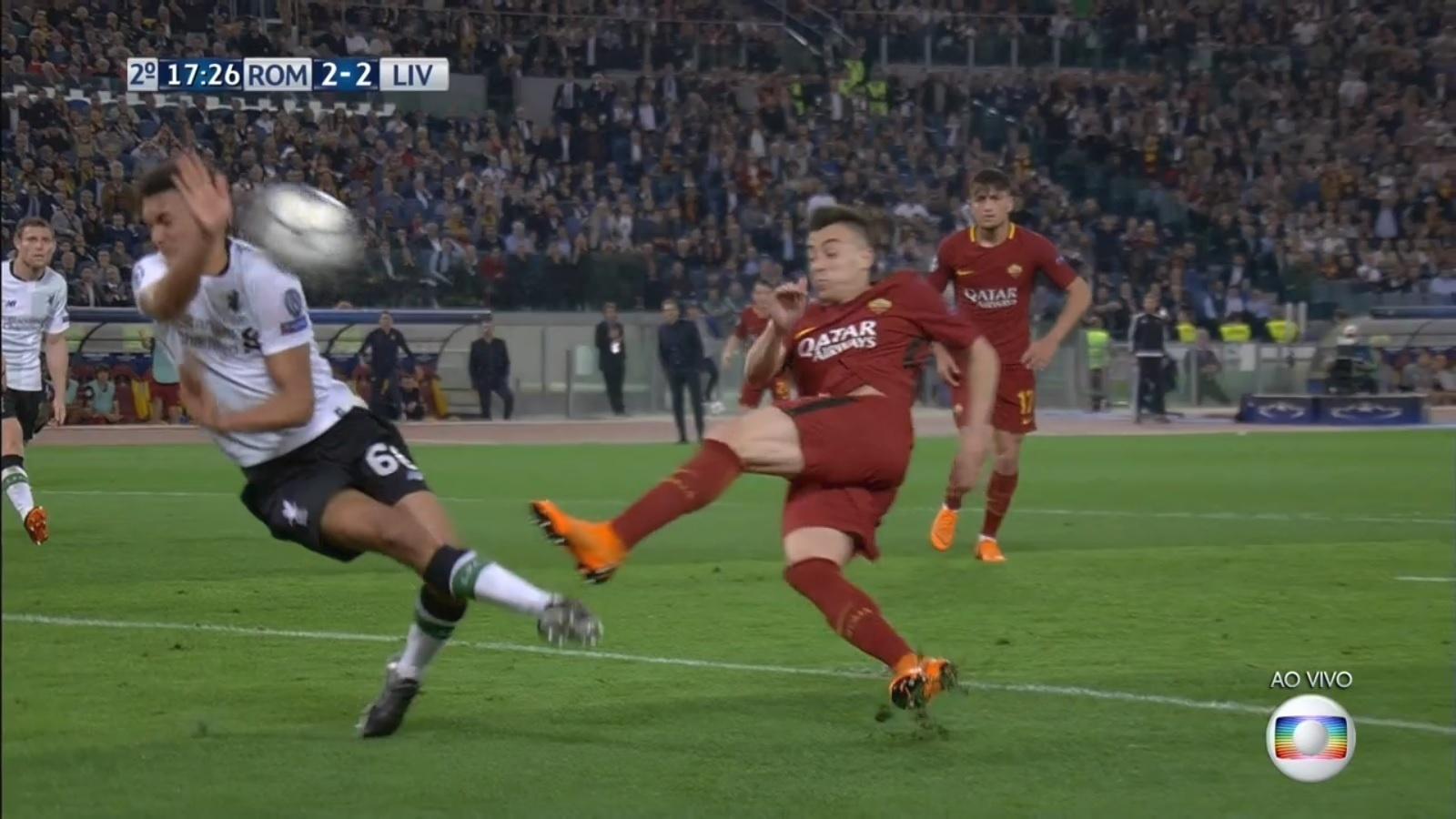 Alexander-Arnold evita com a mão o gol da Roma