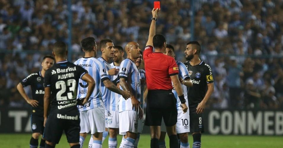 Árbitro expulsa Gervasio Núñez, do Tucuman, após pisão em Alisson, do Grêmio