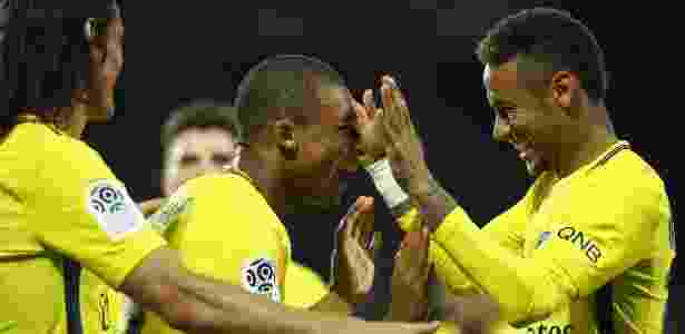 Mbappé e Neymar celebram gol pelo Campeonato Francês - Dean Mouhtaropoulos/Getty Images