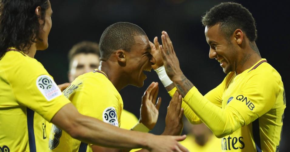Mbappé e Neymar celebram gol pelo Campeoanto Francês