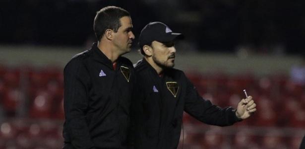 André Jardine, técnico do São Paulo, ao lado do analista Raony Thadeu