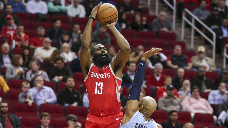 James Harden arremessa sobre Jevon Carter em Houston Rockets x Memphis Grizzlies - Troy Taormina/USA TODAY Sports