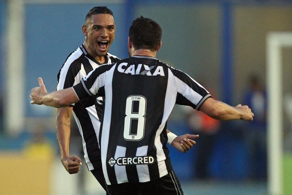 33dd19be07 Fellype Gabriel vence disputa e assume vaga de Seedorf  Lucas ...
