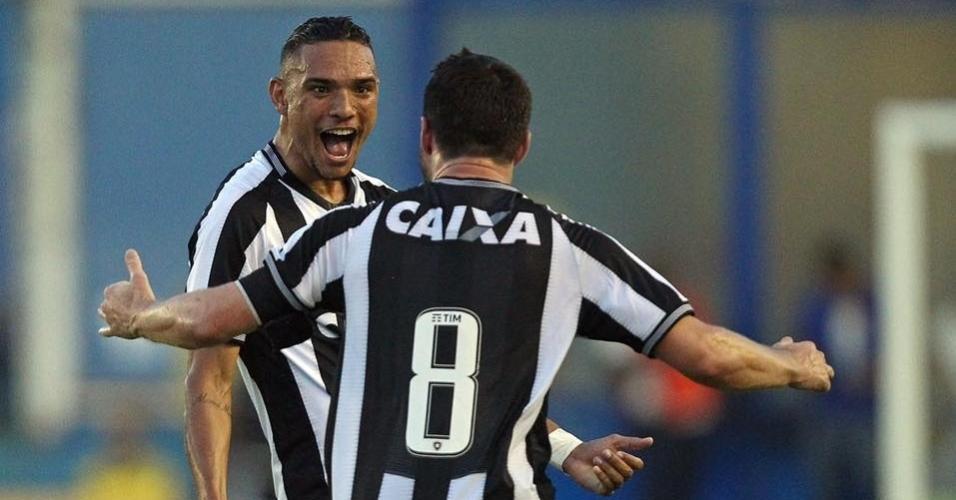Luiz Fernando comemora gol do Botafogo contra a Cabofriense