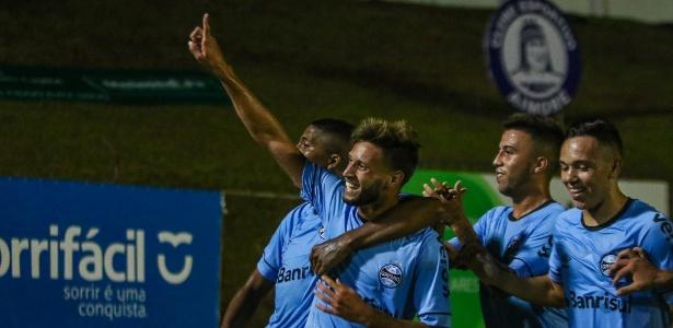 Jogadores do Grêmio comemoram gol de Juninho Capixaba sobre o Aimoré-RS - LUCAS UEBEL/GREMIO FBPA