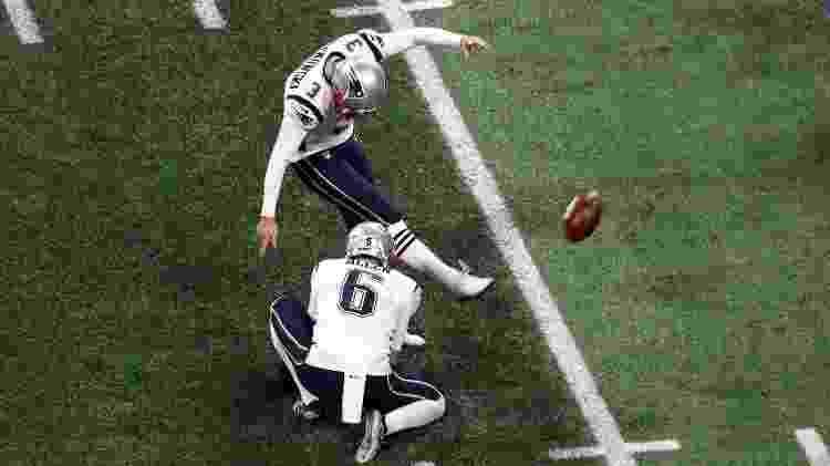 Stephen Gostkowsnki erra field goal para o New England Patriots no começo do jogo - Rob Carr/Getty Images/AFP
