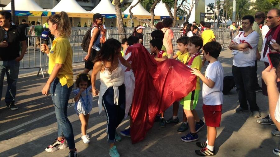 Torcedores aguardam o início do jogo Qatar e Paraguai, no Maracanã - Leo Burlá/UOL Eesporte