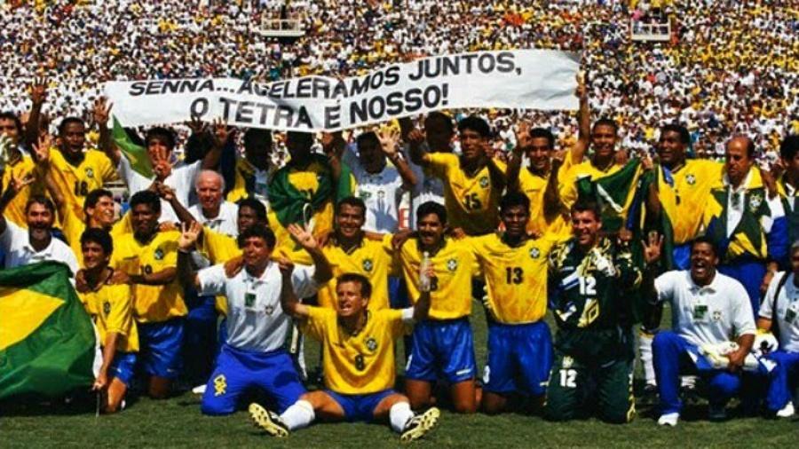 Faixa em homenagem a Ayrton Senna exibida pelos jogadores da seleção brasileira após a final da Copa do Mundo de 1994 - Getty Images
