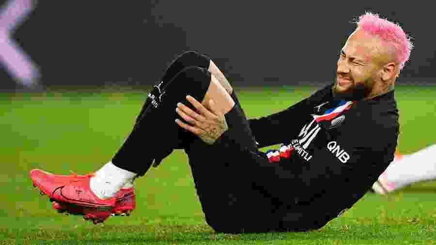 Neymar sente dores durante a partida entre PSG e Montpellier, pelo Campeonato Francês - MARTIN BUREAU/AFP