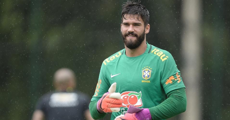 Alisson, durante treino da seleção brasileira