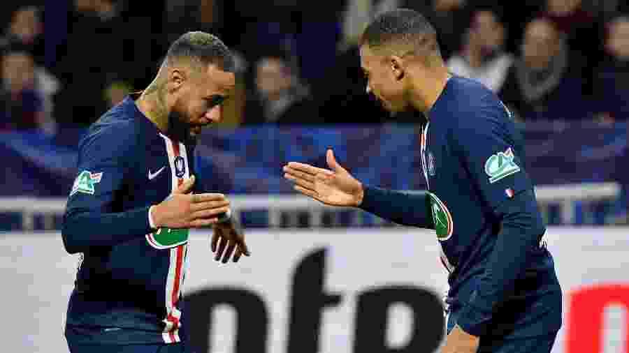 Neymar e Mbappé comemoram gol do PSG na vitória sobre o Lyon na Copa da França - Philippe DESMAZES / AFP