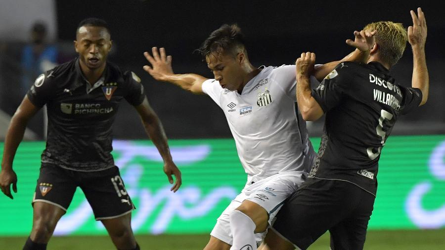 Kaio Jorge tenta se livrar da marcação durante Santos x LDU, em jogo da Libertadores 2020 - Nelson Almeida - Pool/Getty Images