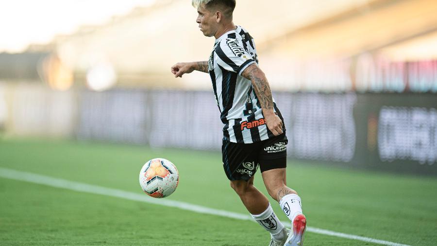Soteldo, jogador do Santos, atuando na final da Libertadores 2020, no Maracanã - Jorge Rodrigues/AGIF