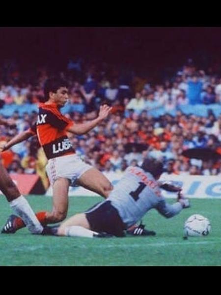 Bebeto chuta para fazer o gol sobre o Internacional, na final do Brasileiro de 1987 - Reprodução Instagram