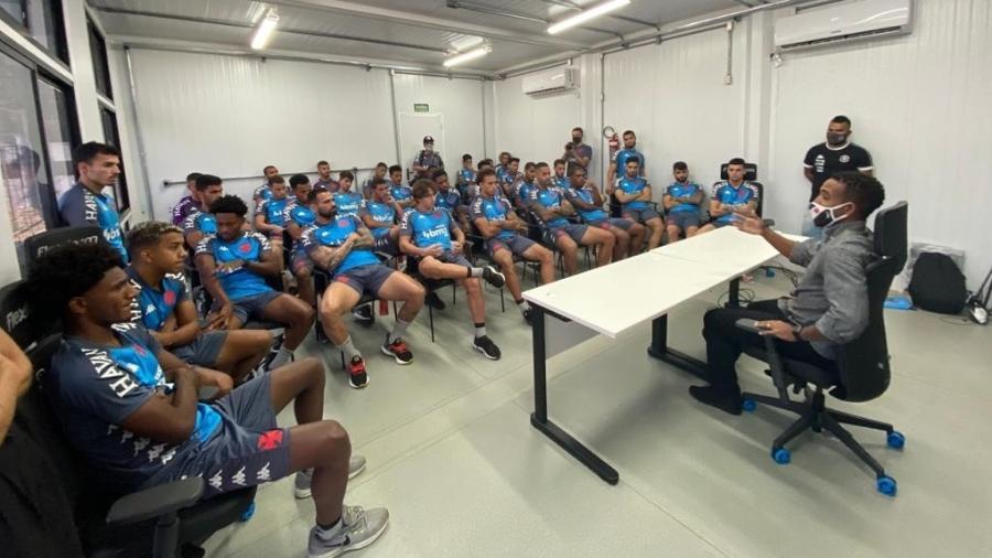 Professor Júnior conversa com os jogadores do Vasco sobre racismo antes de treino no CT do Almirante - Departamento de Marketing do Vasco