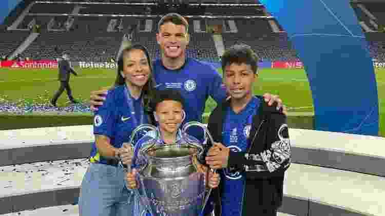 Thiago Silva e sua família com o troféu da Liga dos Campeões - Instagram - Instagram