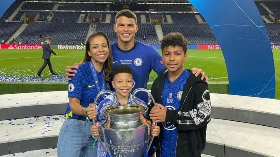 Thiago Silva e sua família com o troféu da Liga dos Campeões - Instagram