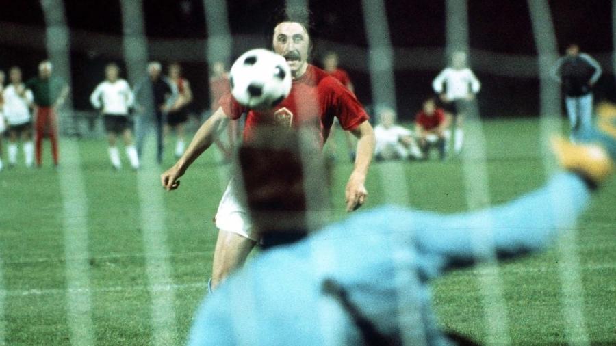 Panenka dá a cavadinha que o tornou famoso na final da Eurocopa-1976 - Reprodução