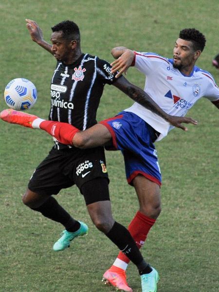Jô, do Corinthians, tenta controlar a bola em partida contra o Bahia no Pituaçu - Jhony Pinho/AGIF