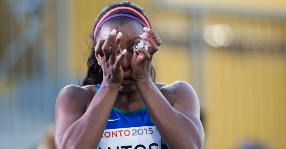 A atleta brasileira Rosangela Santos chora após a disputa da prova dos 100m nos jogos Pan-Americanos de Toronto