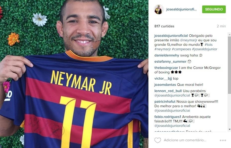 José Aldo recebe camisa de Neymar de presente