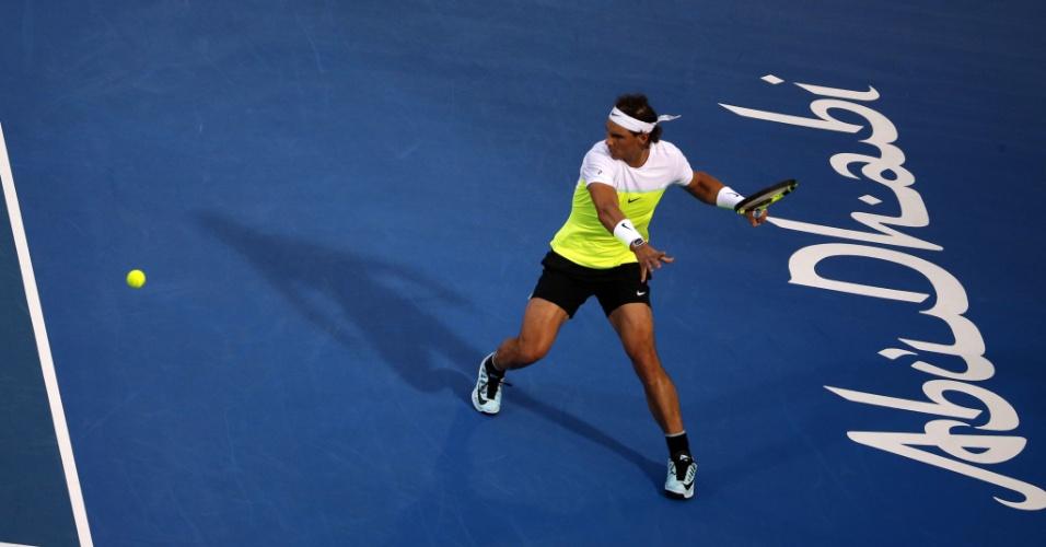 Rafael Nadal, em lance na partida contra David Ferrer pelas semifinais do Mubadala World Tennis Championship, em Abu Dhabi
